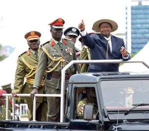 Museveni-inspecting