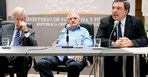 Jose Mujica (Middle) in shorts and flat shoes. Photo by world.mic
