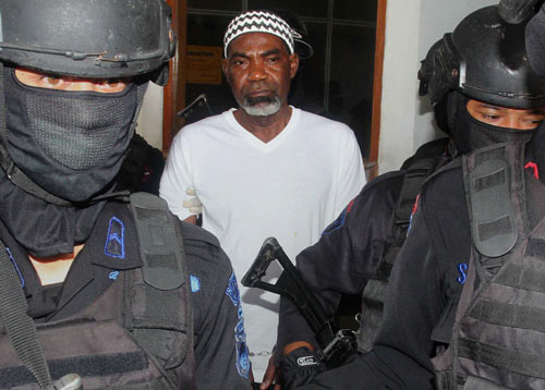 Drug convict and death row prisoner Martin Anderson (C), recently identified by Indonesian authorities as Nigerian after earlier identifying him to be from Ghana, is escorted by police commandos during a judicial review hearing in Jakarta. (AFP)